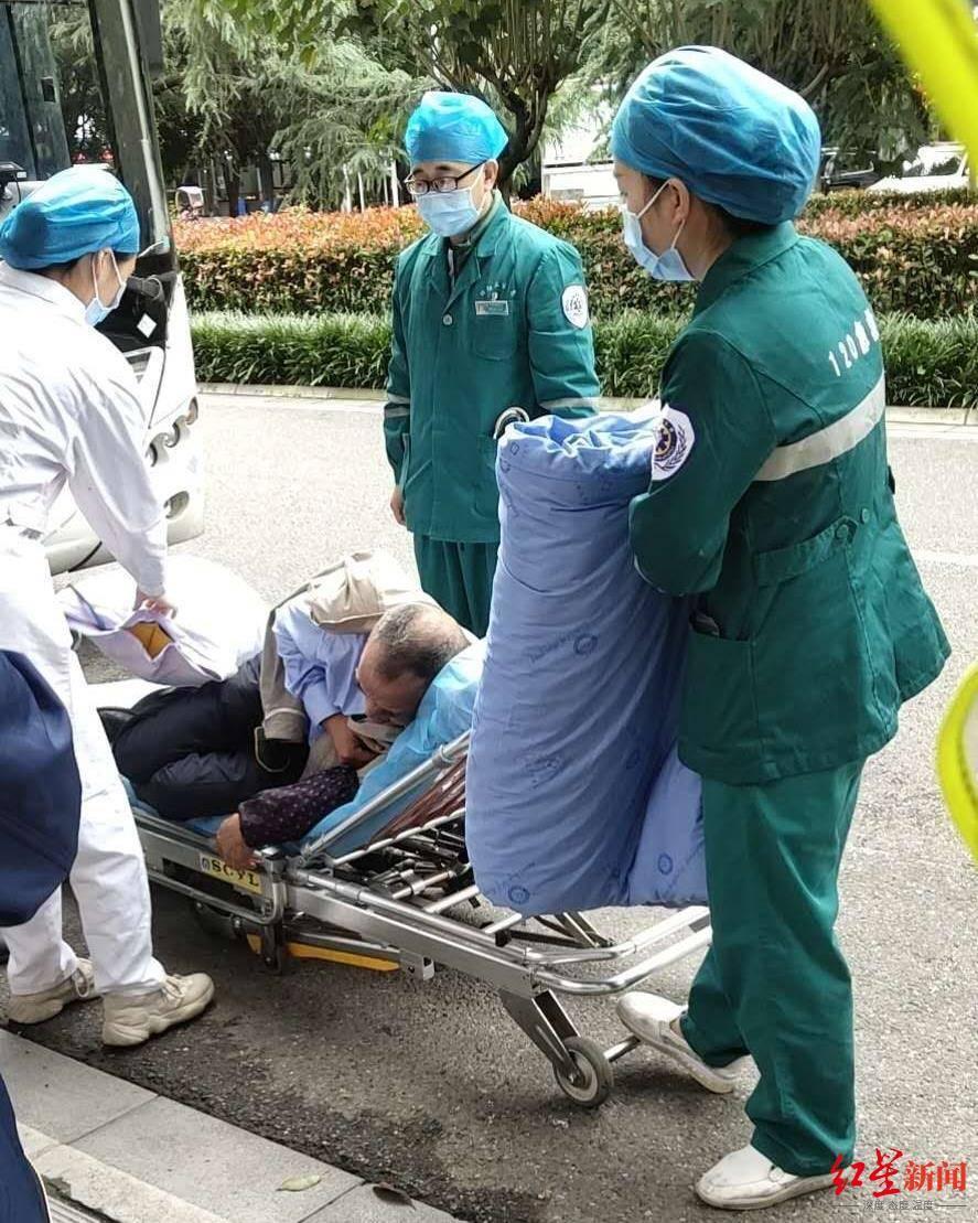 四川绵阳一名公交车司机载着20多名乘客 在经过时突然生病晕倒