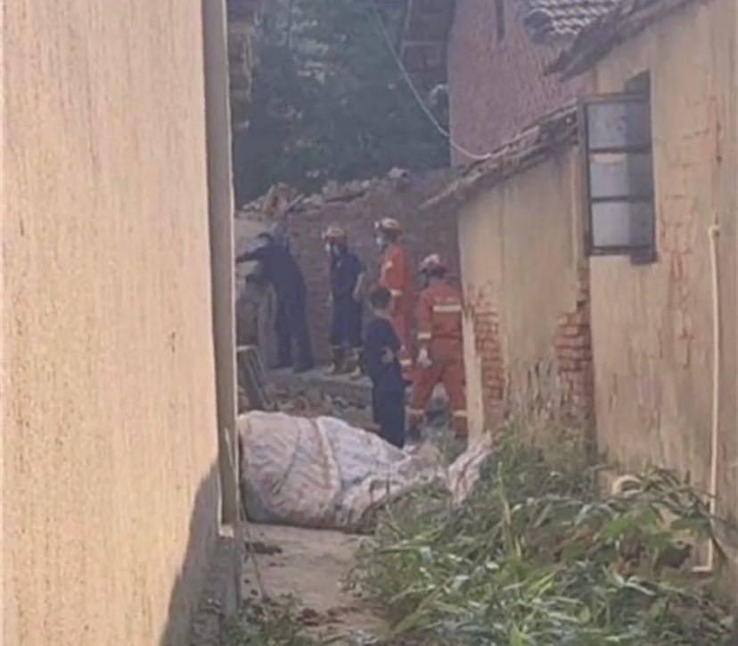 恒达官网武汉新洲一在建房垮塌致2死10伤,被埋人员系参与建房的村民(图1)
