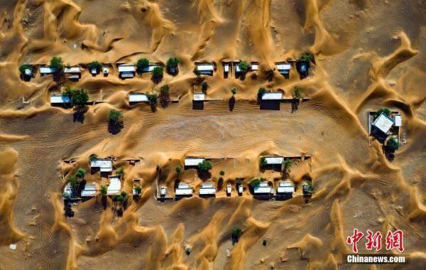 """航拍阿联酋沙漠""""无人小镇"""",房屋被黄沙覆盖"""