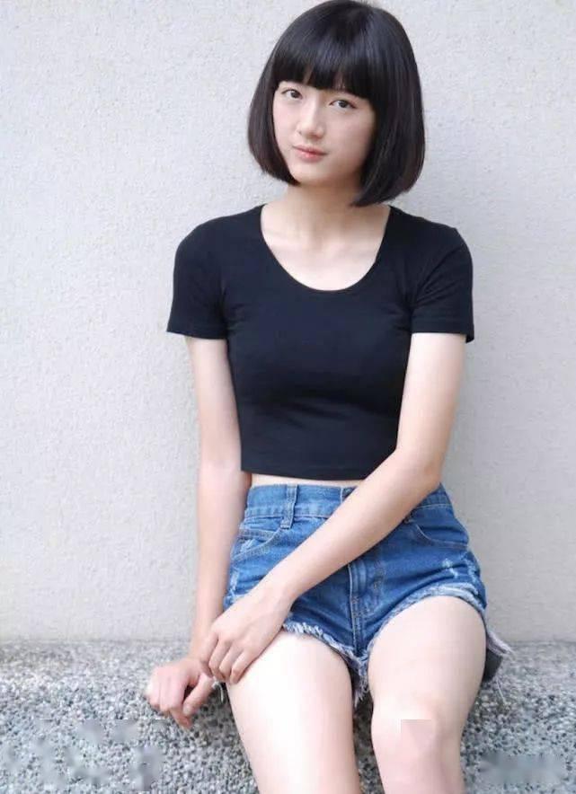 牛仔裤的搭配增加时尚色彩,美女看起来别致又典雅