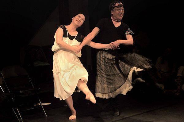 在美术馆,82岁的曹志光要和59岁的刘桂林共舞