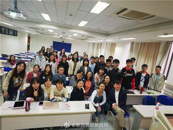 """张文宏为啥没去领""""医德楷模抗疫特别奖""""?他说:我给学生上课去了"""