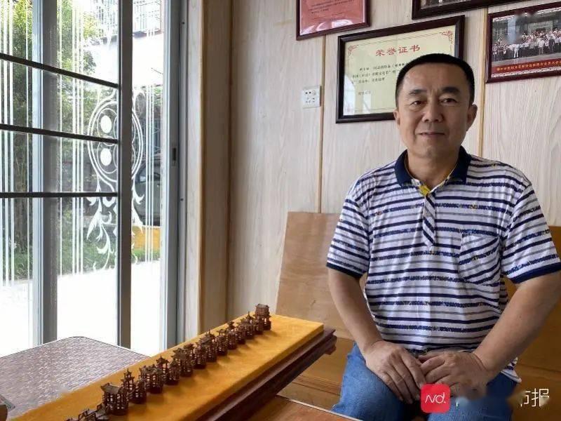 惊叹!他用橄榄核雕刻潮州广济桥,太逼真了!