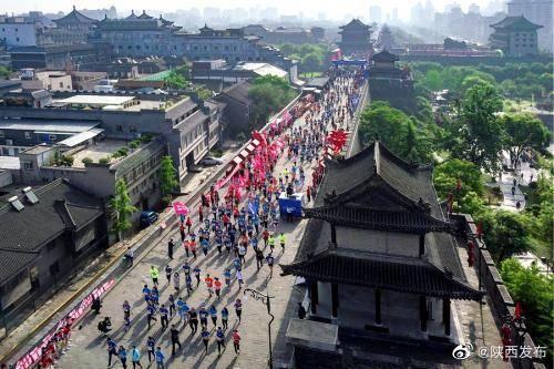 2020西安城墙国际马拉松赛24日开跑