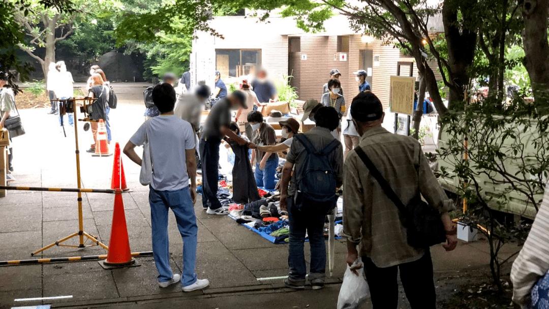 2020年7月,在烹饪集会现场排队领取衣服的网吧难民