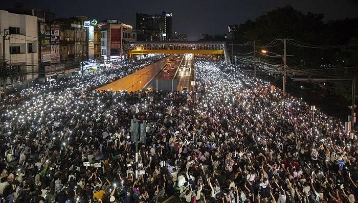 控制游行:泰国政府要封即时通讯APP,誓言保护王室