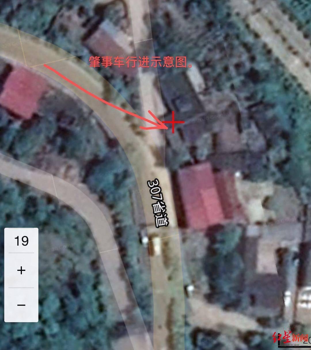 恒达官网离奇车祸!一轿车凌晨5点冲出公路开上居民房顶,幸无人伤亡(图2)