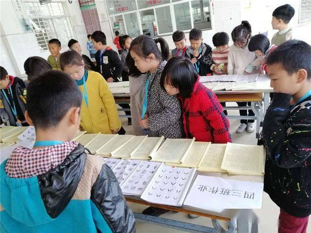 西峡县双龙镇第二中心小学举行优秀作业展评活动
