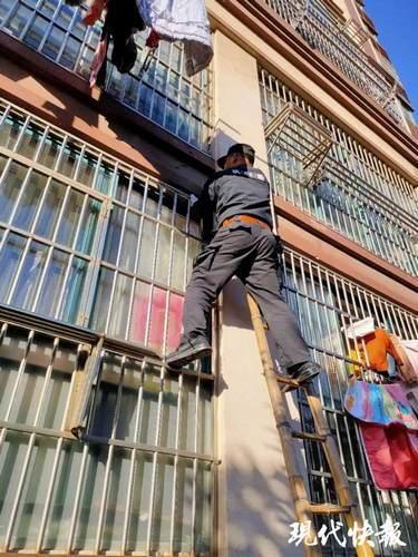 男婴被独自锁在家里,民警爬窗入室化解险情