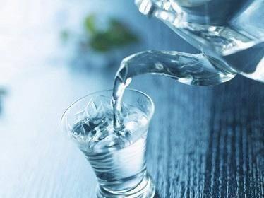 喝水会伤肾?四种错误的喝水方式一定要避免,养肾从喝水做起