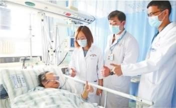 """82岁婆婆用ECMO治疗成功""""脱险"""""""
