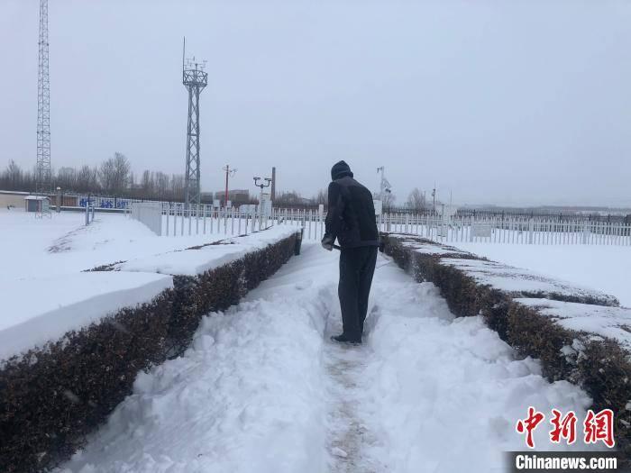 """内蒙古遭特大暴雪""""袭击"""" 学生停课、市民徒步上班"""