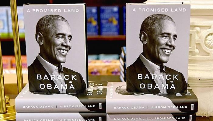 奥巴马总统回忆录首日大卖89万本,自曝曾因压力过大偷偷抽烟