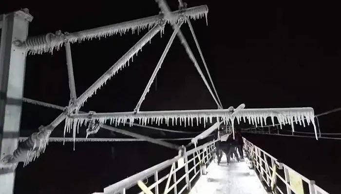 """东北暴雪后8万""""打冰人""""出动,为什么高铁电网还需要人工除冰?"""