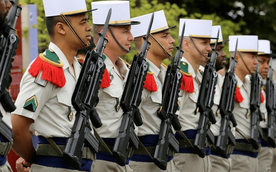 白军帽,法玛斯步枪,外籍军团经典造型。