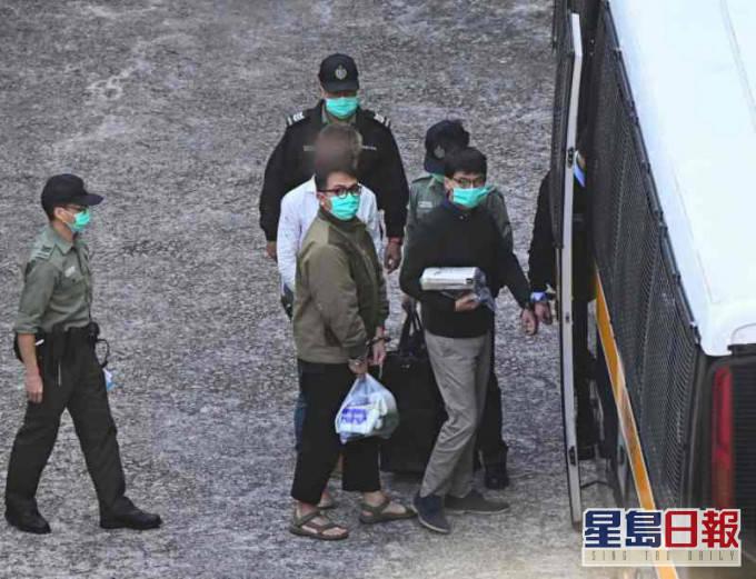 黄之锋、周庭等3人今日下午判刑,被囚车押往法院照片曝光