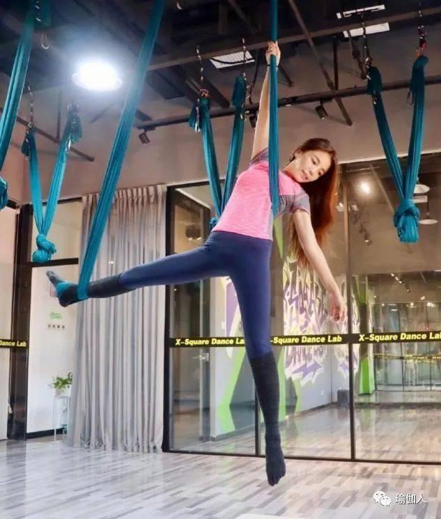 朱迅被曝练瑜伽照片,穿粉色上衣身材高挑,47岁依旧很少女