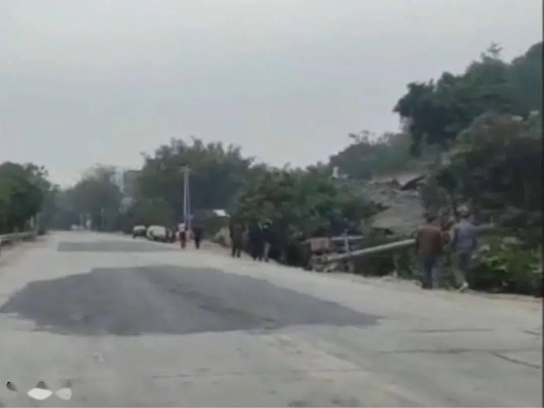 csgo竞猜:一辆拖车失控翻车 路边的瓦房倒塌 事件发生在浦北龙门华强段