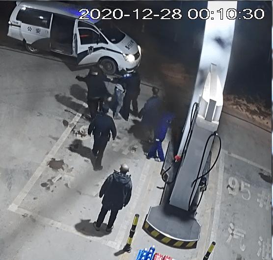 泸州一醉酒男子手提柴油枪,扬言要点燃加油站,被当场制服