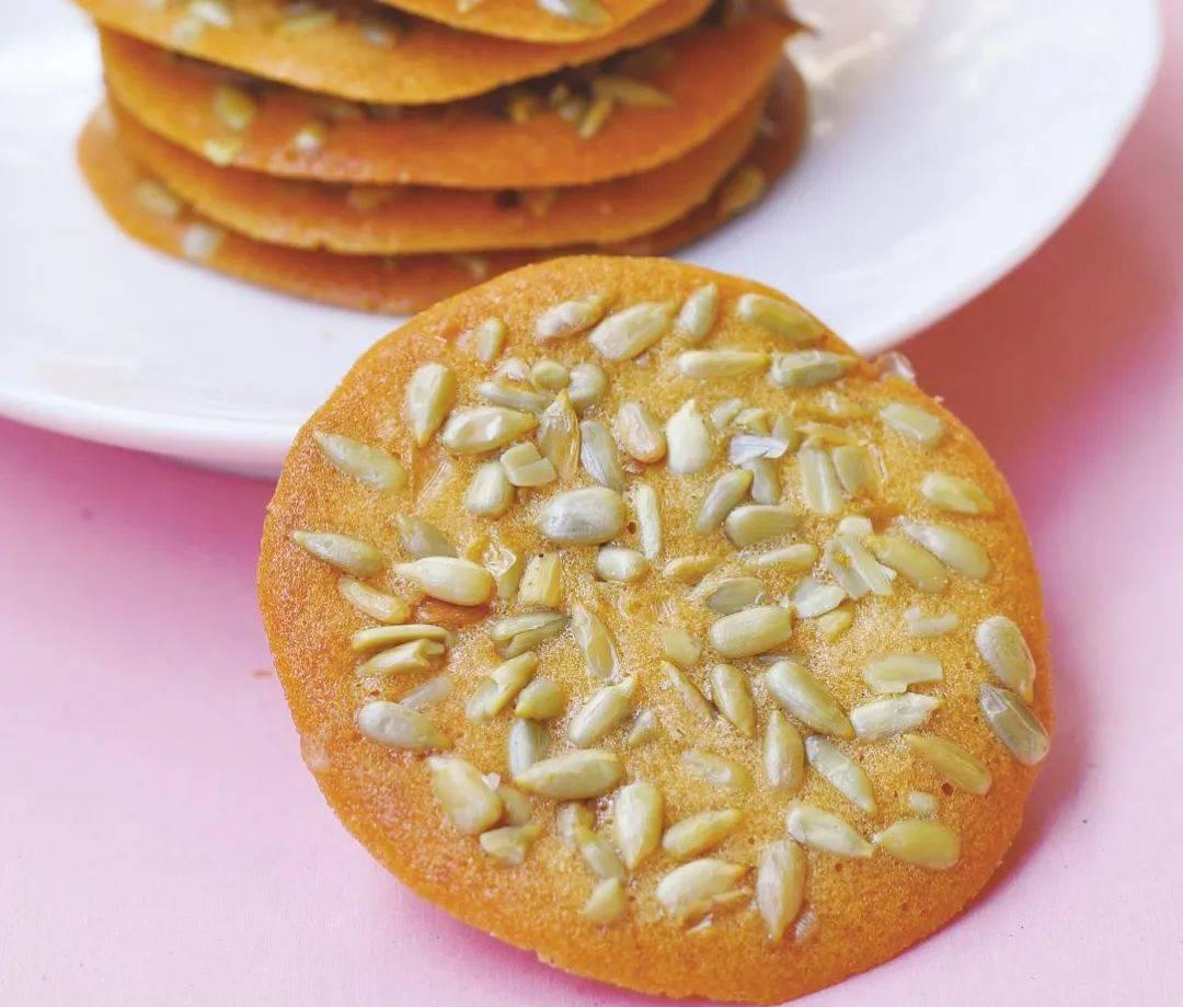家有面粉和瓜子,一定要学做这款小零食,薄脆香酥,比薯片还好吃