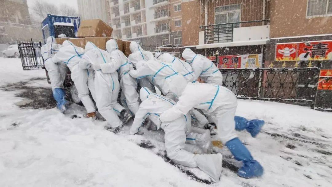 """这组""""风雪中的雕塑""""让人泪目!平均年龄19岁!"""