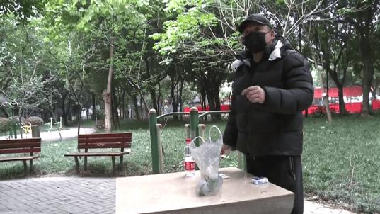 杭州一位大爷在超市买小葱准备包饺子 回家拿纸一擦愣住了(图)