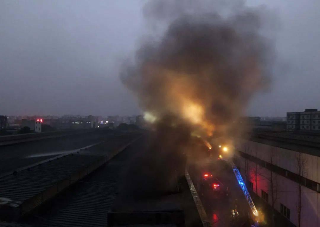 泸州一厂房发生火灾,消防紧急救援,大火被成功扑灭