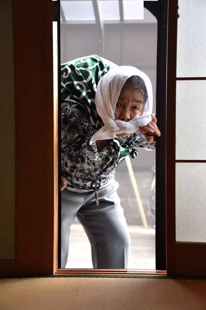 卍物志┃日本90岁自拍女王,靠碰瓷吸粉20万:老了要活成这个样子啊