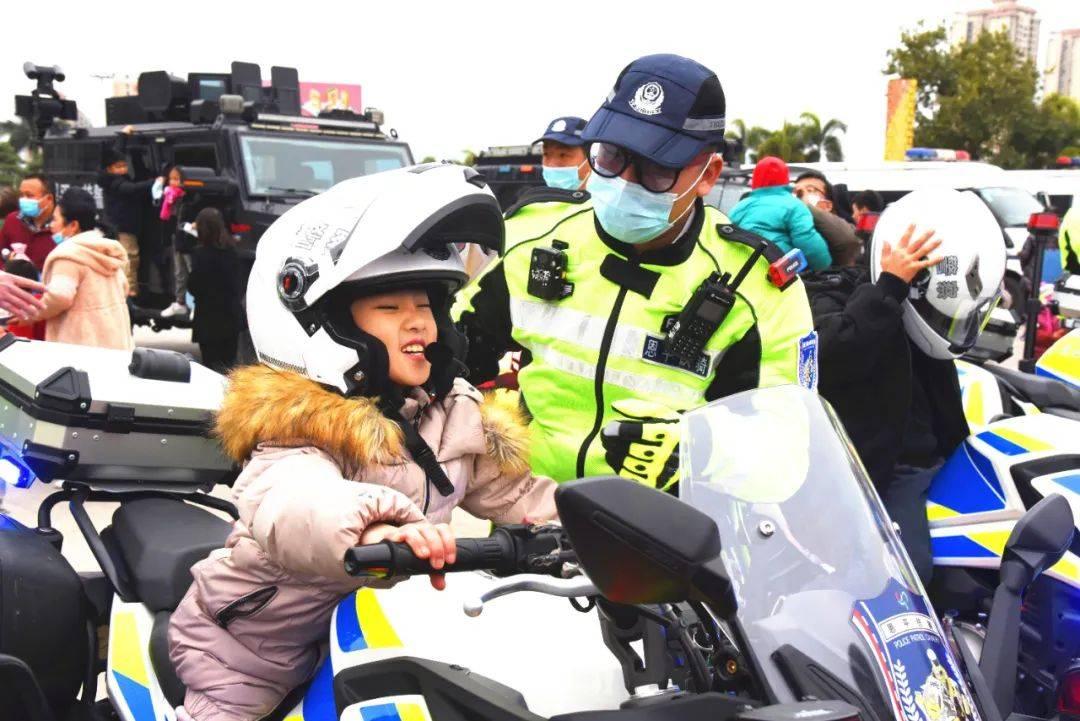 恩平大批警民今日齐聚冯如广场,这样庆祝首个中国人民警察节…