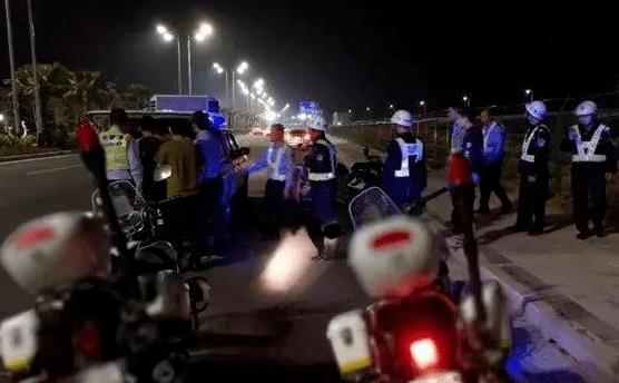 过分!广东一群青少年在街头飙车,手拿砍刀,还打砸过往车辆!