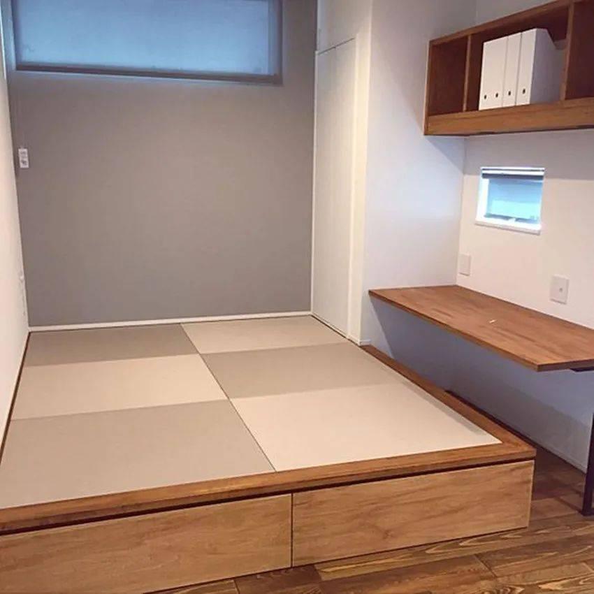 能这么装榻榻米的我也是头次见,拐角掏空装悬空书桌,当床又当椅!
