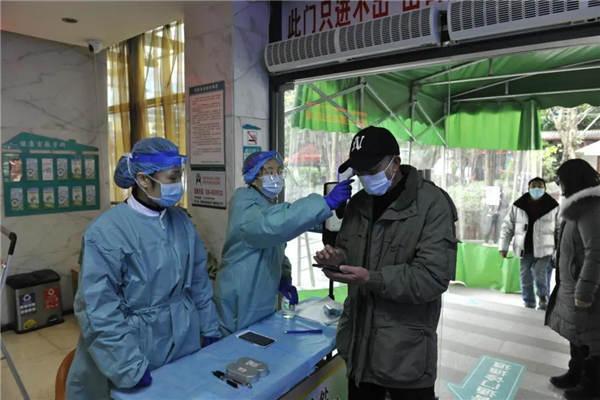 四川重点人群新冠疫苗紧急接种进行时 截至1月8日已接种近40万人(图击现场)