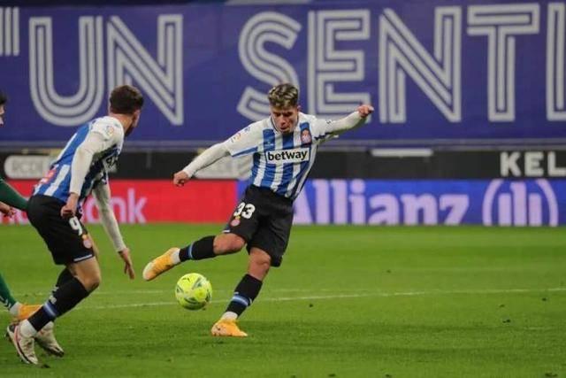 西班牙人收获西乙半程冠军,武磊下半场替补出场,同位置队友包办进球