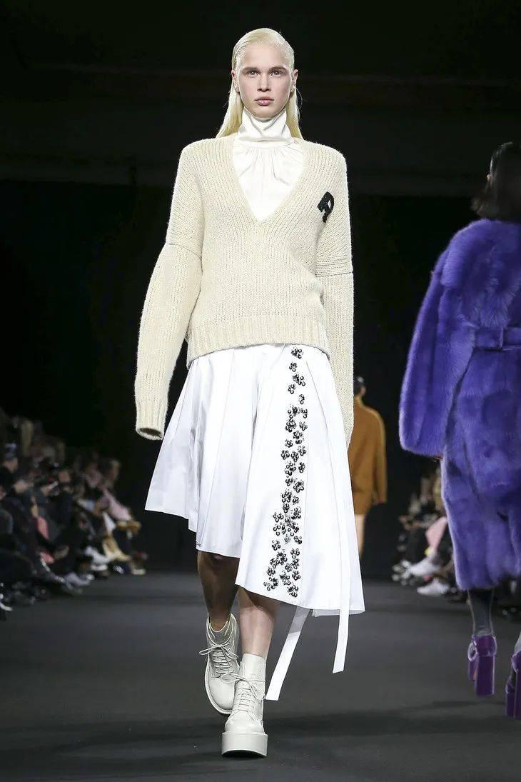 虽然热巴的V领毛衣很好看,但我选Jennie这款不露腰的冬天穿