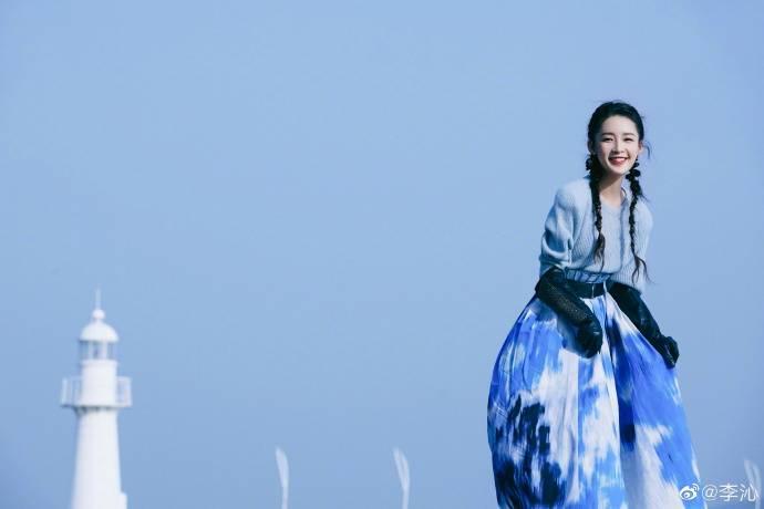 李沁身着蓝白扎染长裙 造型干净清新!