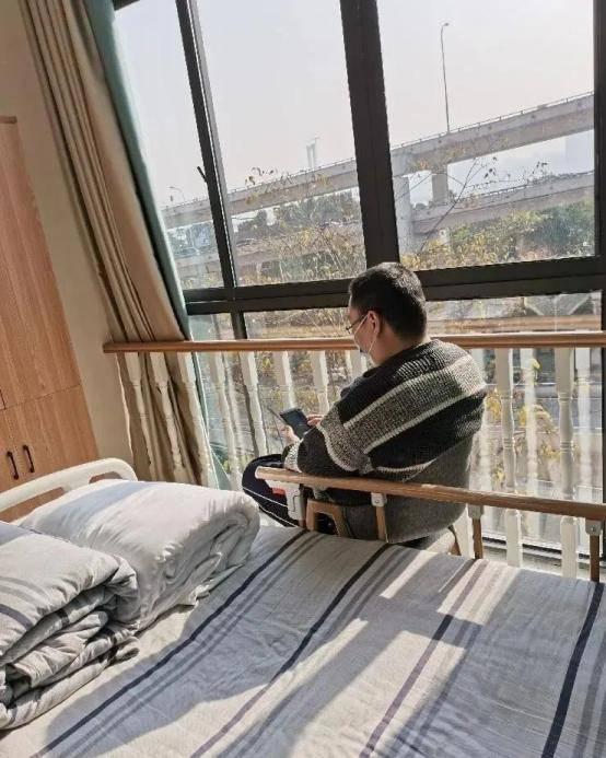 重庆39岁程序员住进养老院,作息早6晚9和老人一起追剧