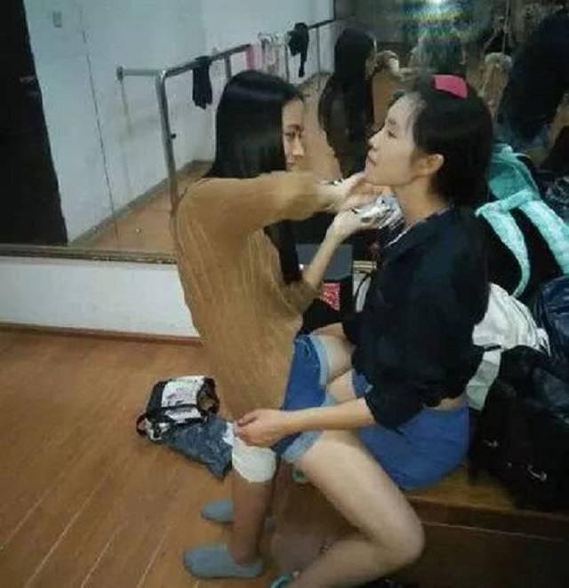 爆笑GIF圖:現在的化妝師真是太大膽了,竟然坐在妹子腿上來化妝