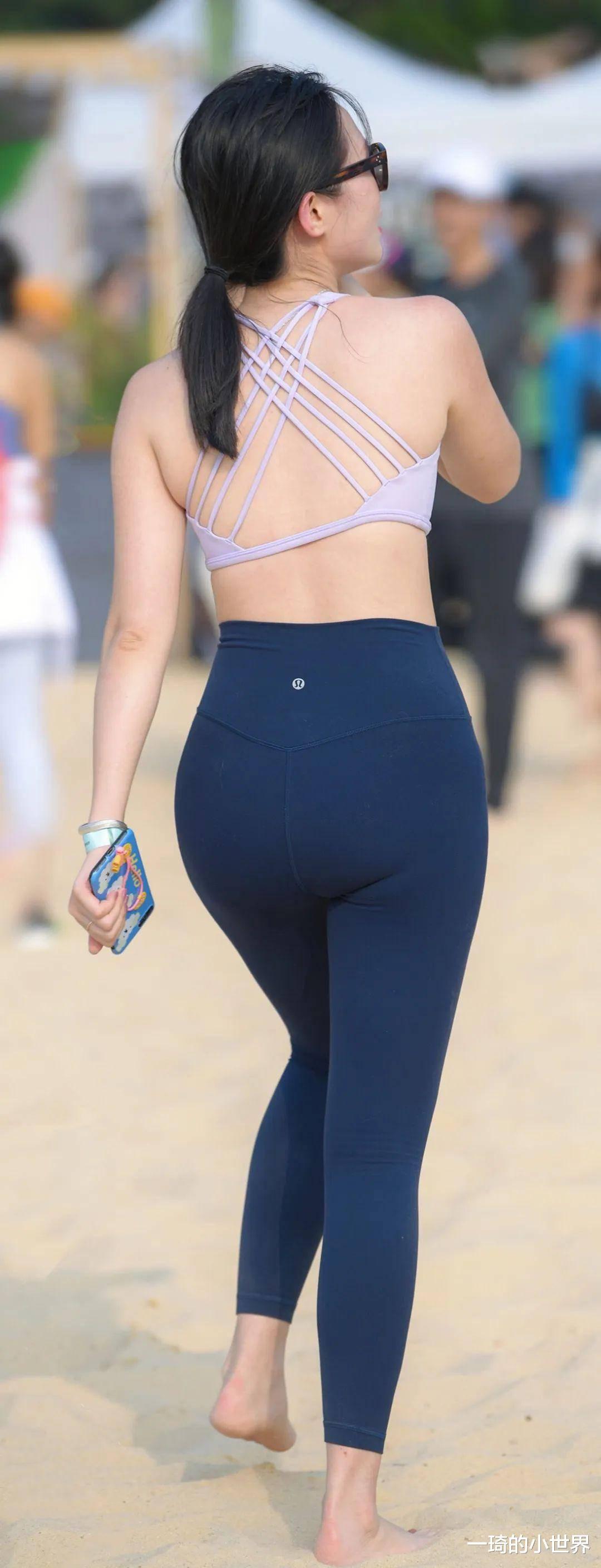 緊身瑜伽褲果然百搭,在沙灘上也是照樣迷人