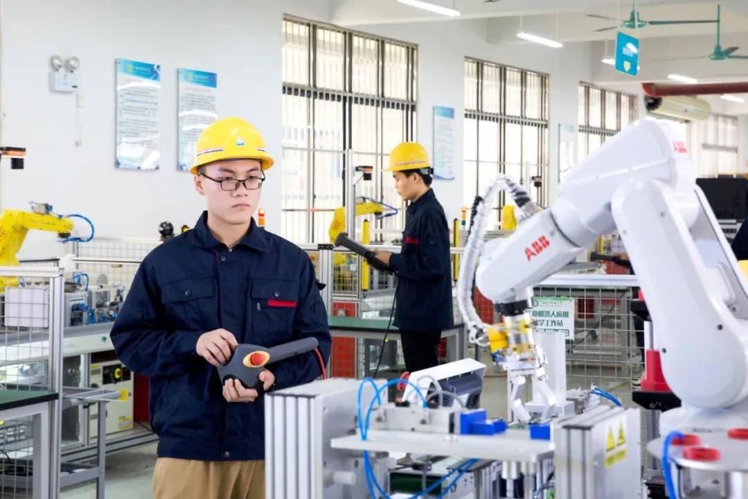 广西城市职业大学智能工程学院:芯随你动 智享未来