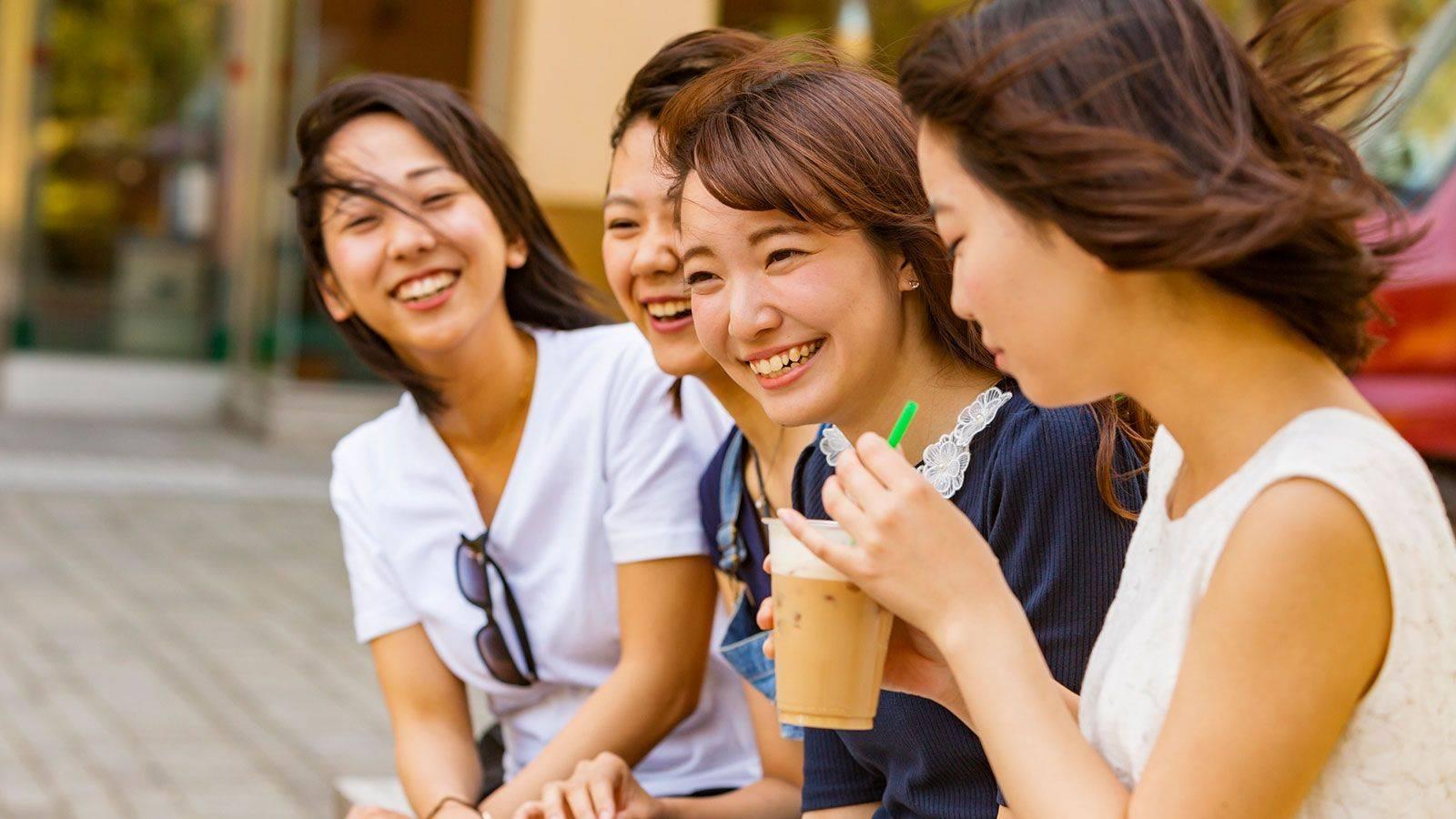 日本女孩@用欧派捧珍珠奶茶 可以感受到奶香