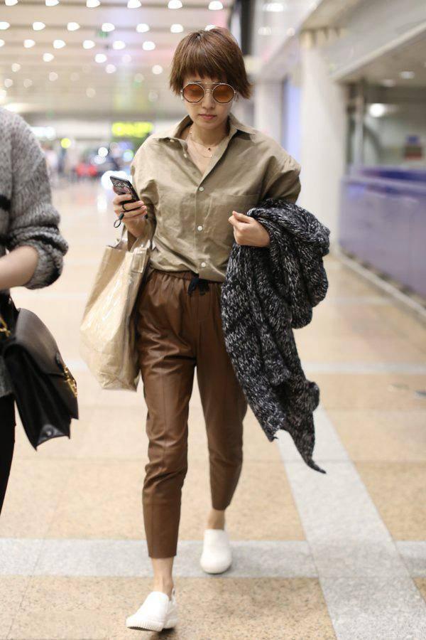 马伊琍早秋造型来袭 穿奶茶色衬衫配烟管裤 温柔知性显气质