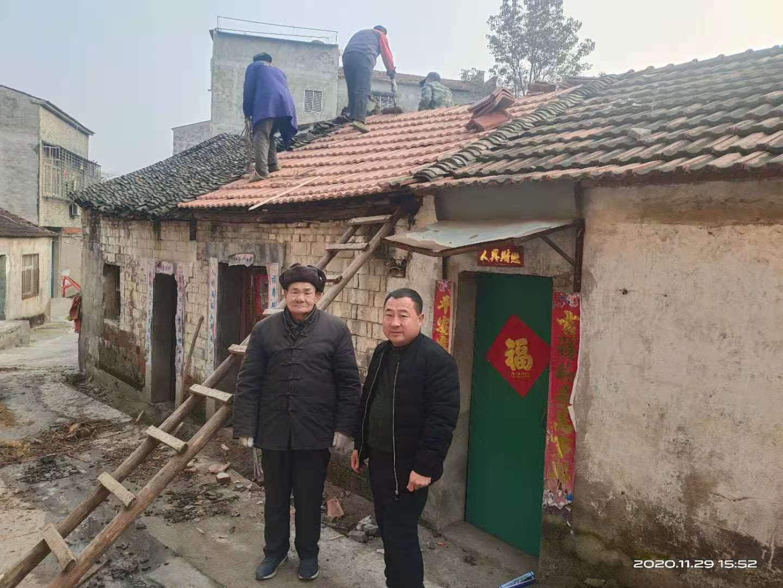 襄阳黄龙:房屋漏雨老人愁 社区修缮解忧愁