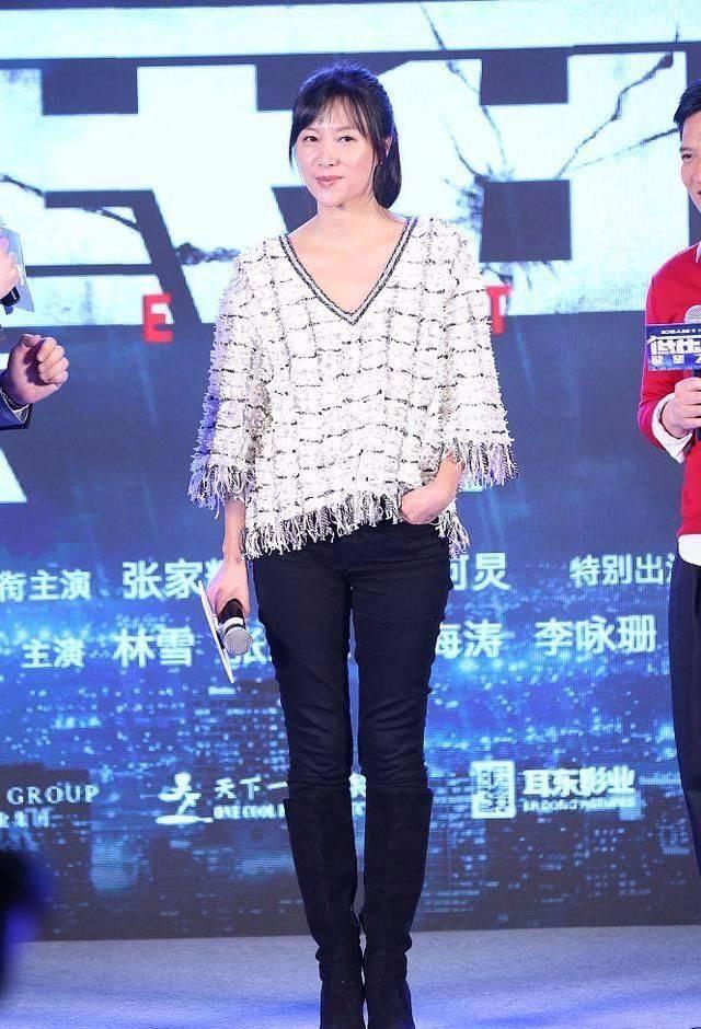 徐静蕾穿羽绒服走机场 气色憔悴又干瘦 46岁就有老年人的样子!