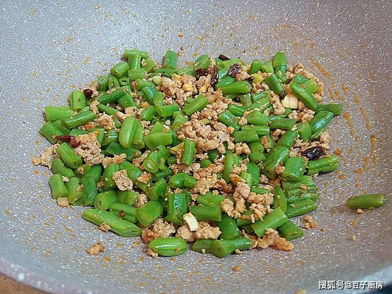 冬天此菜多吃些,钙是鸡肉7倍多,通便降糖护心,和肉一起炒,下饭