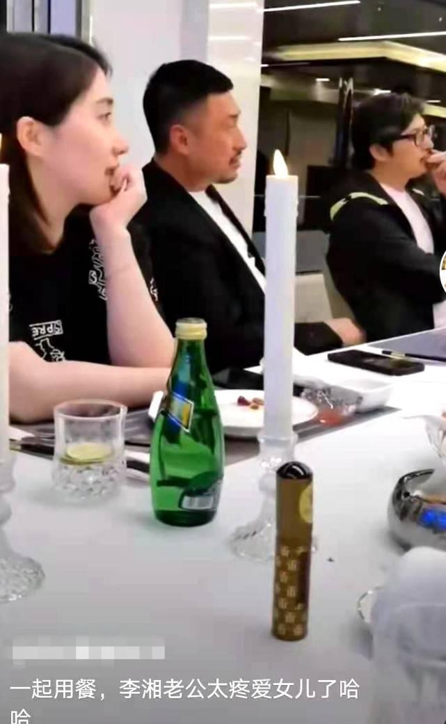 """王岳伦带王诗龄聚餐被偷拍,在女儿旁边抽烟遭网友痛骂""""不称职""""  2021-01-19 00:04 1月18日,有网友公开了一段用餐视频,坐在她斜对面的是导演王岳伦跟他的宝贝女儿王诗龄,网友可能在饭局中"""