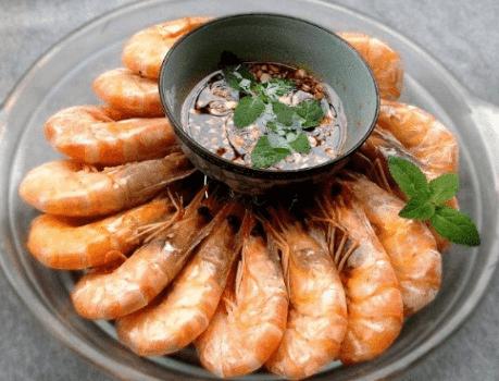 水煮大虾时,有人放盐有人放醋,大厨:教你正确做法,香嫩还不腥