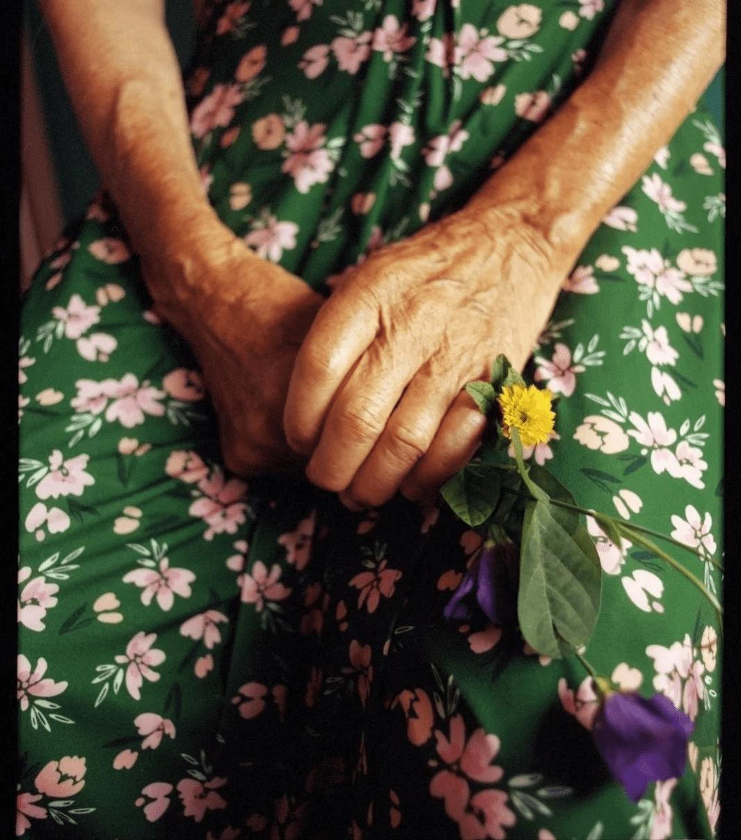 这位老奶奶时髦火了!她的穿衣简单又舒服,慈祥可亲又好显气质