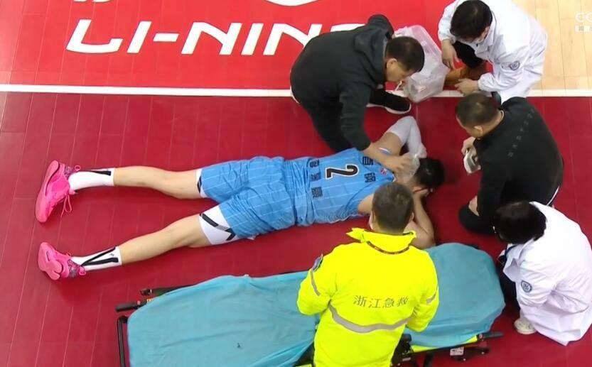 突发!李慕豪趴木地板上惨叫 被肘到嘴部打掉一颗牙