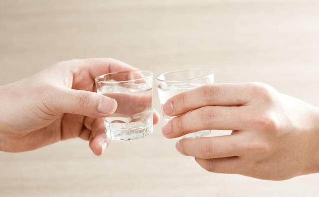 """经常喝酒的人,身体出現这""""3凸"""",可能是肝部病变的警示数据信号"""