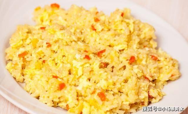做蛋炒饭时,分开炒是不对的,掌握3个诀窍,炒饭色泽金黄不粘锅